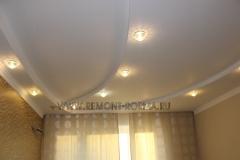 Трехъярусный потолок гостиной